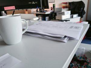 Ein Stapel Papiere auf dem Schreibtisch